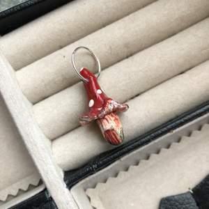 Hänge/berlock till halsband, örhängen etc. Svampen är ca 2 cm. Hänget är i form av ett litet föugsvamps-hus❤️🍄