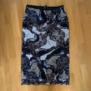 kjol från monki med coolt mönster! aldrig använd