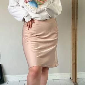Beige silkes kjol, har blivit för liten för mig tyvärr. Passar till allt, inköptes förra sommaren.