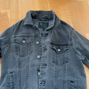 Jeansjacka i fint skick, inga fläckar eller defekter. Stl M men skulle säga att den passar mindre typ S.