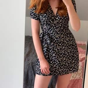 Somrig omlott/knyt klänning från boohoo, mörkblå med vita blommor🌸 Liten i strl, står 34 men är mer xxs/32. Säljer då den är för liten, köpare står för frakt💗 pm vid intresse🙌