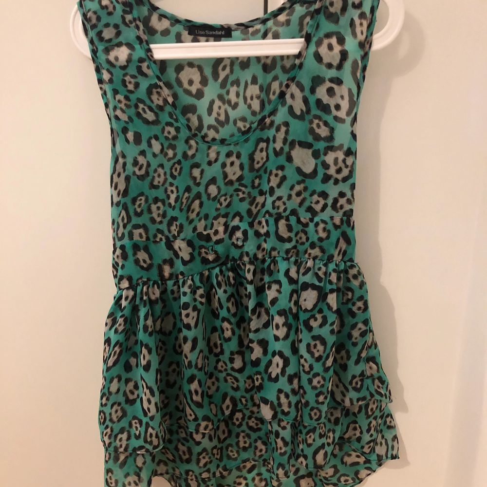 Grön leopard klänning i mesh från Lise Sandahl . Klänningar.