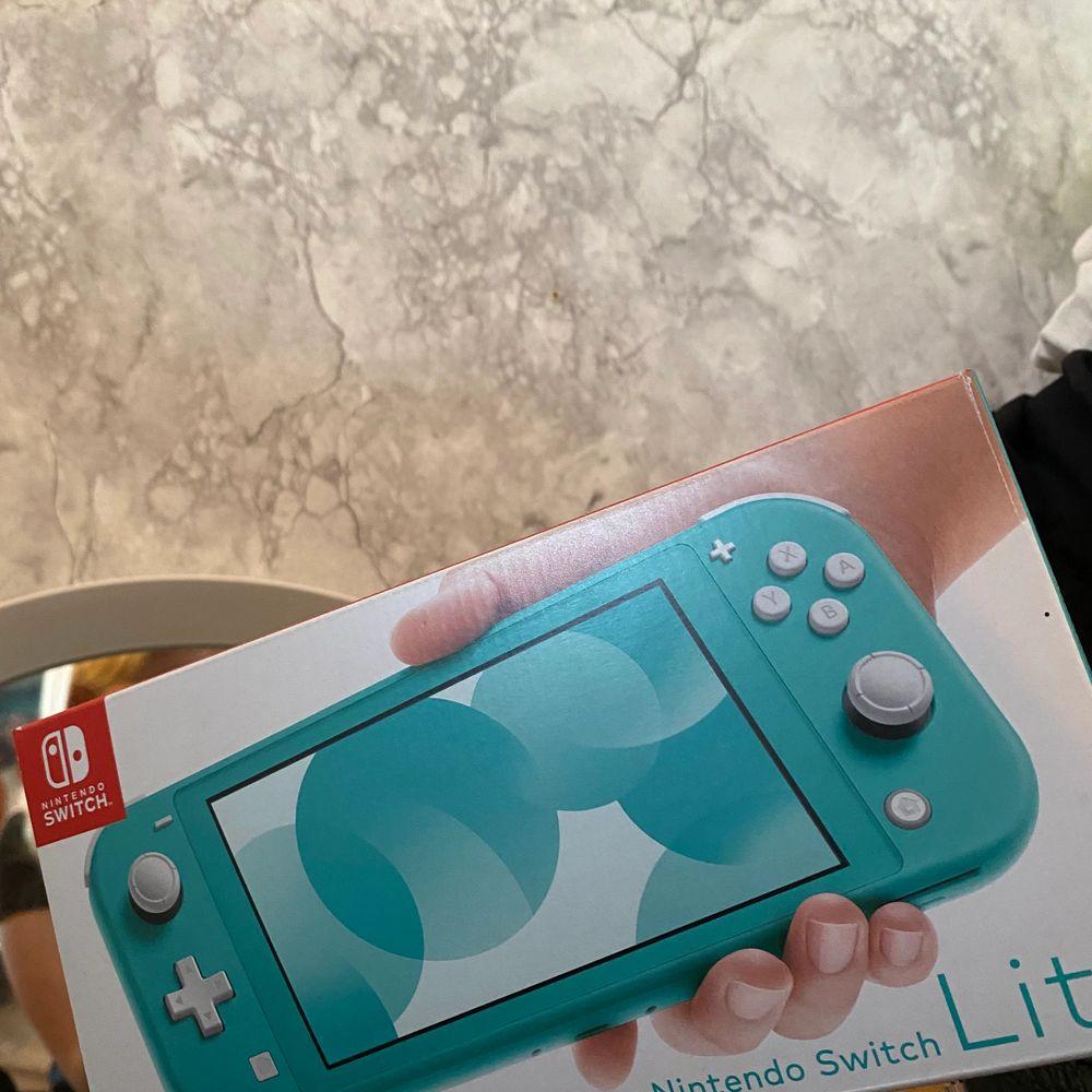 Detta Nintendo lite är i superbra skick med liten fläck på ena knappen, Max använt 10 gånger finns ett spel som kan köpas med konsollen. Kommer med laddare och eventuellt spel.🎮✨ink frakt. Övrigt.