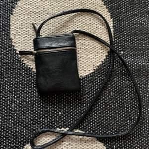 Säljer denna miniväskan i svart. Väldigt sparsamt använd! Får plats med kort, nycklar m.m. 60kr inkl frakt ❤️