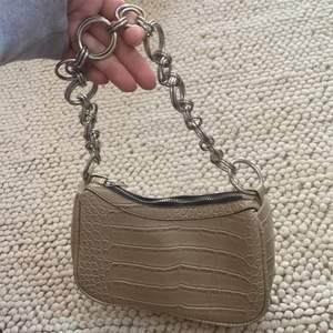 Säljer min fina chain bag då den inte kommer till användning. Slutsåld och populär, i nyskick ✨💖