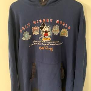 Äkta Walt Disney original hoodie köpt second hand i danmark. Saknar snören och har en slitning på fickan (se sista bilden) men annars i gott skick. Coolt unikt tryck på framsidan💖 Köparen står för frakt!