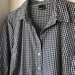 Ginatricot. Storlek 36. Rutig skjortklänning. Spårbar frakt och inkluderad kostnad 🚚 med postnord 📦 . Sitter fint och går lite över knäna på mig som är 167.