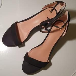 Svarta låga klackar, Faux-mocha, 5 cm höjd, använda några enstaka gånger så i mycket gott skick.