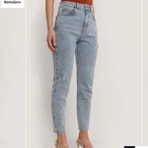 Hej jag säljer detta par av mom jeans från na-kod säljer för  lite tajta på mig knappt andvända och ser ut som när jag köpte dom frakt✨69 kr köparen står för den👍✨original pris 400kr
