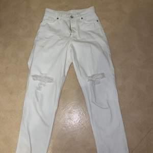 """Ett par snygga monki """"vida"""" jeans. Aldrig använda endast testade, de var för korta för mig (175) så tog bort sömnen längst ner så de blev 1 cm längre. Bara att sy upp om man skulle vilja det!💕"""