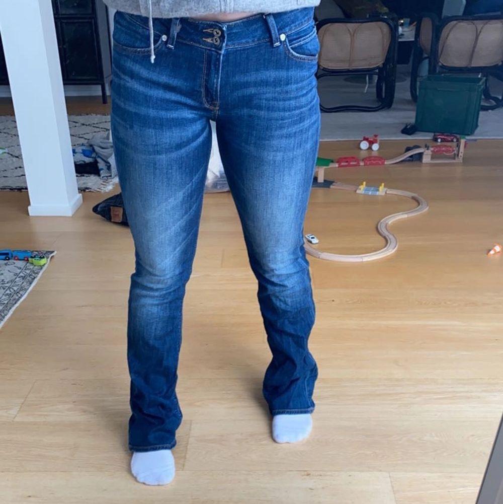 Säljer mina lee jeans knappt använda. Passar en 38 . Jeans & Byxor.
