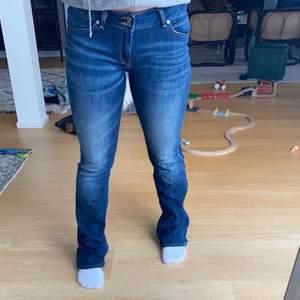 Säljer mina lee jeans knappt använda. Passar en 38