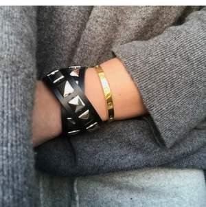 Snyggt valentino inspirerat armband som köptes här på plick för ett tag sedan, inte mina bilder! Inga skador fint skick men får ingen användning för den helt enkelt 💜