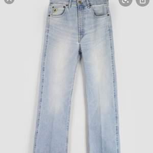 JÄTTEsnygga straightleg jeans från lois. köptes för 1500kr och är knappt änvända och därmed nyskick. säljes pga att de är för små och alldeles för korta för mig som är 172. perfekt längd om du är kring 160 cm.