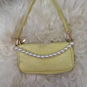 Supersnygg väska från SHEIN med pärldetaljer. Helt oanvänd. Köparen står för frakt.