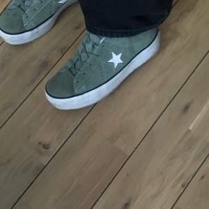 Gröna converse i storlek 40. Säljer pga för stora. Så snygga verkligen och nästan nya! Skulle säga att de är ganska stora i storleken och skulle passa 40-41. Köpte från en annan tjej från plick💘