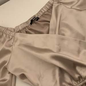 Helt ny bikbok tröja, använd en gång på skolavslutning 2020. Storlek S, är ganska croppad så vill du inte ha den så kort så passar den förmodligen på någon som vanligtvis har S frakt ingår i priset