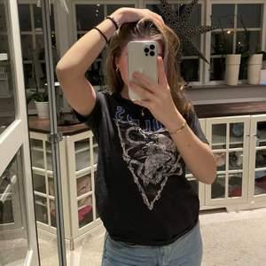 Grå t-Shirt från H&M. Storlek XS och säljer pga att den ej används längre☺️ skit coolt tryck på och den är grå/svart i färgen🤍💓 25% TILLKOMMER!