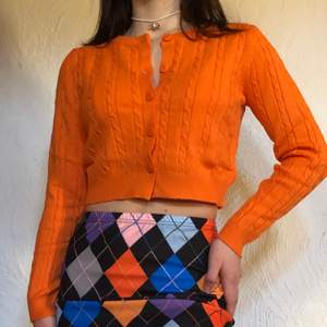 Har stylat denna outfit inspirerad av favvofilmen ✨Clueless ✨🥰  Perfekt inför våren då kjolen är av ett sweatshirt material 🌸🌸 För hela outfiten: 250 kr Koftan: 150 kr Kjolen: 130 kr