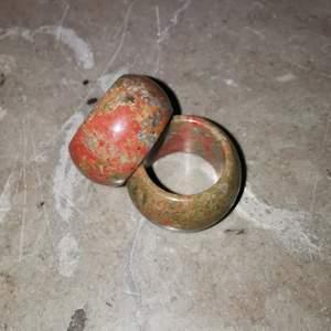 Stenar som slipats till ringar 18 mm i diameter. Skulle säga att det är en Medium. Så lyxiga i 100 äkta sten, skriv för mer bilder 💓 OBS 79 kr styck!