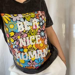 """Grå uträttad """"be a nice human"""" tröja från en hippie affär i usa kallad life, str s, det är inget tryck ibak, som ny, köpt för 400"""