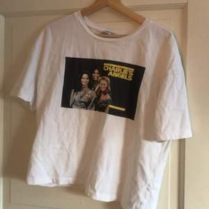Luftig t-shirt från ZARA i storlek S men sitter inte alls tajt på mig som är en M. Passar perfekt över en hoodie eller som den är och till nästintill vad som helst. Köptes för 200kr. Hör av dig vid intresse 🌟