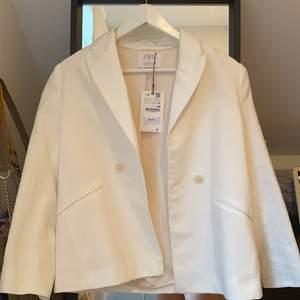 En vit linne kavaj från Zara! Storlek 13-14 men jag tycker personligen att den passar mer en XS! Prislappen är fortfarande kvar! Köpte den tidigt i sommras och har aldrig kommit till användning, säljer nu för 150kr plus frakt🌛🐚🌻