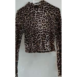 Långärmad tröja i djurmönster med hög hals. Knappt använd . Storlek 40 men liten i storlek. Passar small-medium