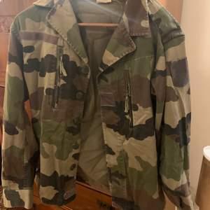 camouflage jacka tyvärr är strl lappen borta men har strl 38.