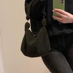 """Har 4 av dessa söta handväskor i Teddy material som jag sytt själv😇 har svart foder på insidan vilket gör den """"reversible""""💫 (ser grön ut på bilden, men är mycket brunare irl)"""