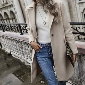 Beige snygg kappa från SHEIN, aldrig använd! Köpt för 350kr, frakt tillkommer ❣️ Den är väldigt lång på mig som är 165cm!