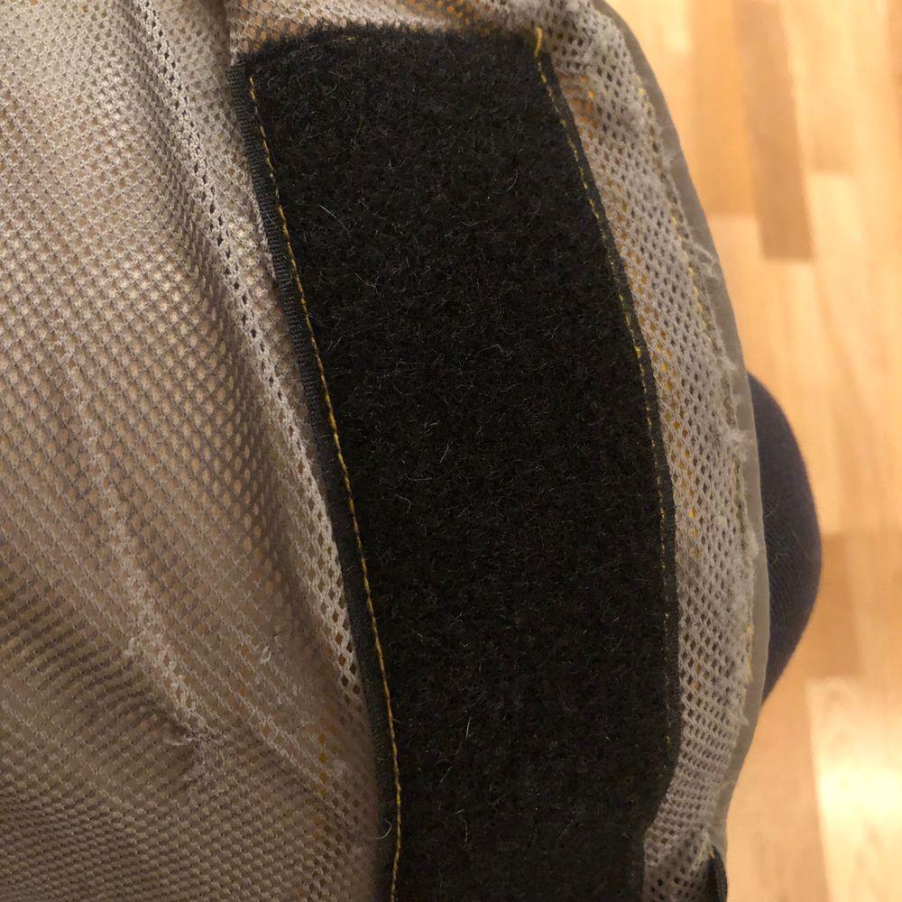 Regnjacka från Rukka i modellen Stream, storlek 35. Hann inte användas mycket innan valpen växte ur den så den har inga defekter förutom lite noppror vid kardborrefästena. Nypris 499 kr.. Övrigt.