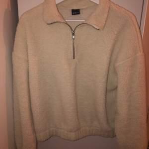 Säljer en Teddy sweatshirt från GinaTricot. Storlek M men skulle säga att den passa som en S. Andvänd 2 gånger. Slutsåld på hemsidan (Nypris 299) frakt 63kr