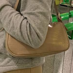 Säljer denna baguette bag som jag tyvärr inte får någon användning av längre. Den är köpt på Gina tricot för 250kr. Skriv privat om ni är intresserade!