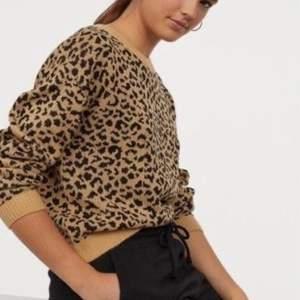 Jag säljer denna snygga stickade leopard tröjan! Jag säljer den då den inte kommer till användning längre, den är dock i bra skick! Dessa är inte mina bilder men om någon frågar så skickar jag gärna mina egna till dom!💞