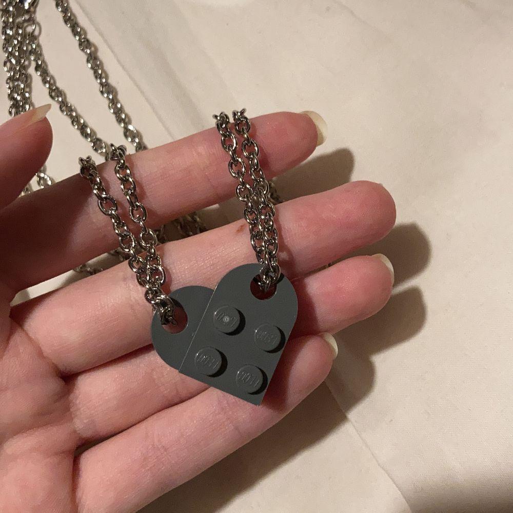 lego halsband som är jättesöta för par eller vänner, kedjan är 50 cm o det finns i röd och grå, bilderna är mina! perfekt till alla hjärtans dag 💕  (det är alltså båda delarna/halsbanden för 150) går att köpa bara hjärtat utan kedjan för 50kr+frakt💕. Accessoarer.