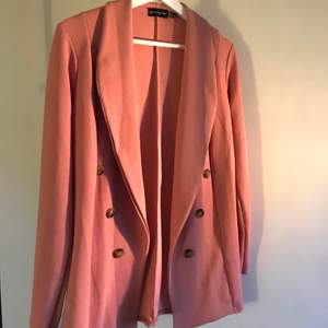 Pink button detail blazer from prettylittlething, size 8 (ca 36 EU). Never used - new condition!