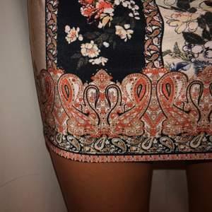 Mjuk fin klänning som formas efter kroppen, storlek M, 50kr.