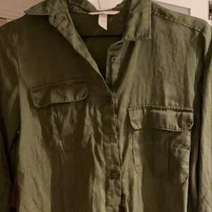 En mörkgrön linneskjorta!! Superfin och lagom uppklädd för antingen skola eller fest! Från hm och lätt använd