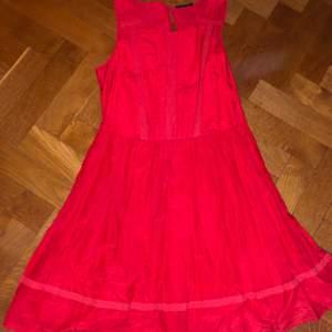 En ljusröd klänning som är ungefär lår lång (ovanför knäna) som är otroligt fin! Märket är sisley och storleken är Small (funkar nästan som medium). Original pris ligger på ungefär 1200kr, den är i gott skick