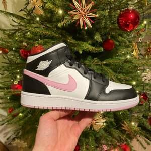 Säljer ett par Air jordan 1 Mid Arctic Pink! Skorna har enbart vart testade inomhus !😊 Dom är i storlek 39!😄