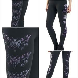 Helt nya 90% polyester och 10% elastan. Strl M. Svarta med text 'Queen of THE dark'. Skit coola! Frakt tillkommer på 66:-