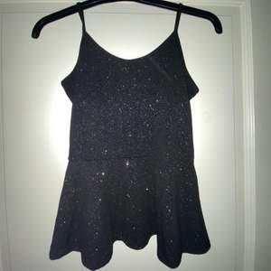 Perfekt fest linne!! Super snygg svart glitter topp i stretchigt material🖤linnet har ljutsterbara band💗sticks inte!!    Säljer för 100kr, köparen står för frakt🥰