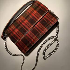Enkel mindre väska med två band, perfekt storlek enligt mig. Aldrig använd:)