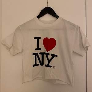 I ❤️ NY t-shirt. Avklippt. Står ingen storlek men upplever S. Bra skick!