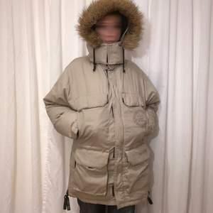 Super varm och mysig vinterjacka i använt skick men inga skador. Den har massa bra fickor och perfekt i vinterväder jag är xs-a