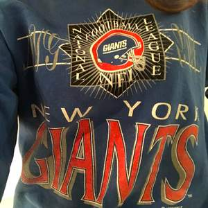 Blå new york giants sweatshirt. Super skön och mysig, sparsamt använd💕 köpare står för frakt! BUDA I KOMENTARERNA💕