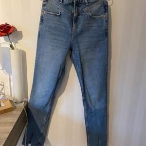 Blåa Slimfitted jeans i storlek 36. Klippt egen slits nertill på båda benen för att dem ska gå över skorna mer. Gott skick.