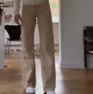 Assnygga jeans från monki i modellen Yoko. Sparsamt använda så i jättefint skick. Köpare står för frakt.