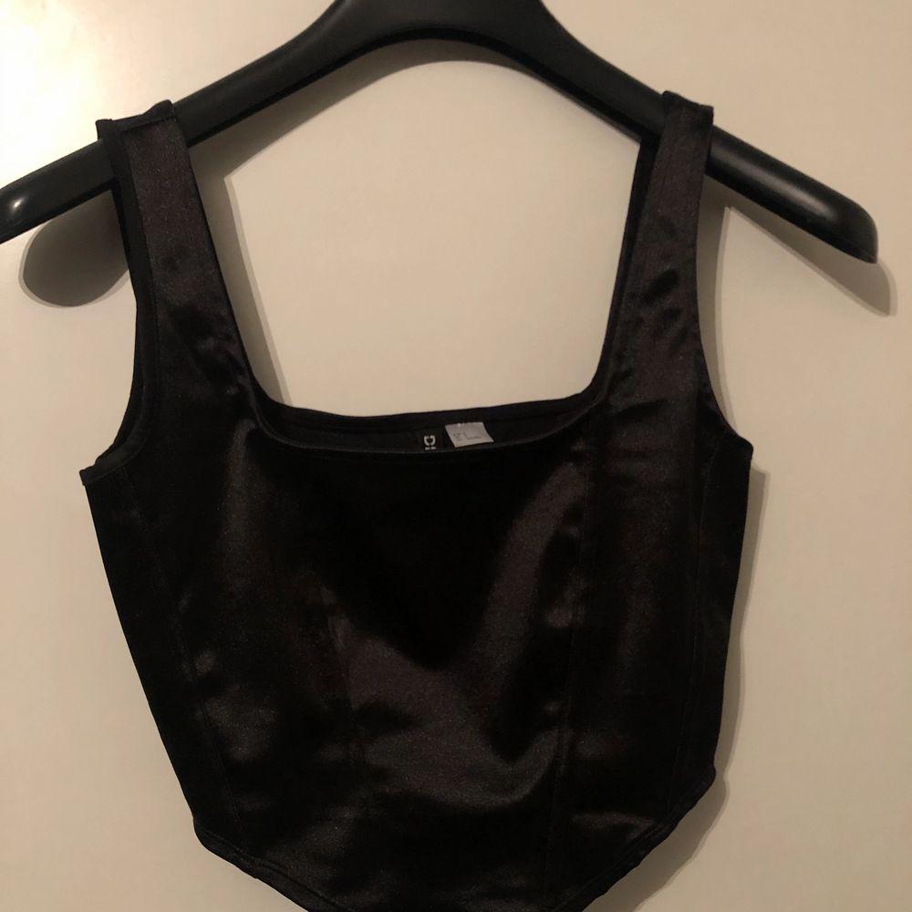Säljer en jättefin oanvänd (med lappar kvar) från H&M. Säljer då den var för stor för mig. Storlek S. Säljer för 99kr, frakten ingår ej💕. Toppar.